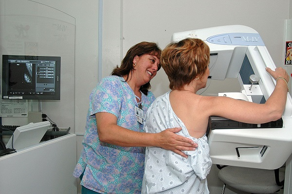 Nurse perfoming a mammogram